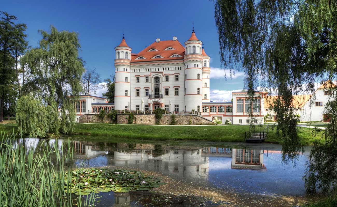 pałac w Wojanowie - zwiedzanie Doliny Pałaców i Ogrodów z przewodnikiem w kostiumie z epoki