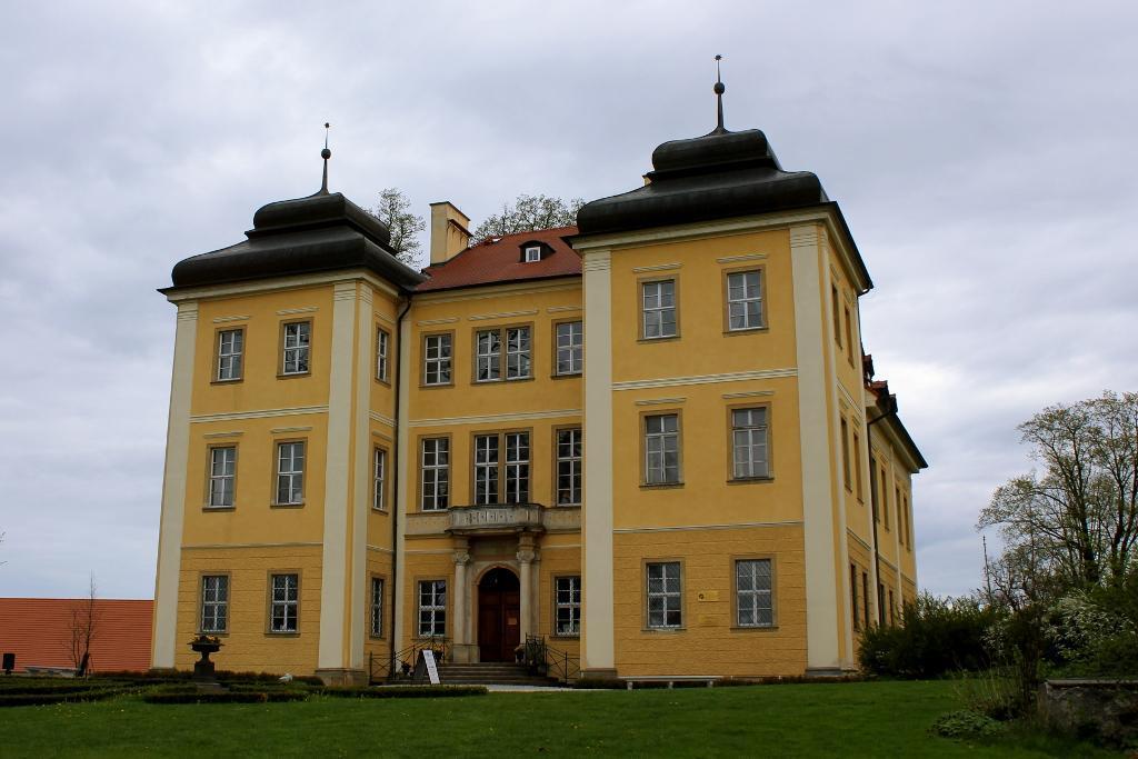 pałac w Łomnicy - jeden z obiektów parku kulturowego Kotliny Jeleniogórskiej