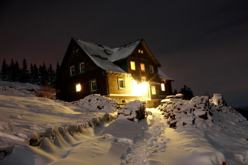 wycieczka w Karkonosze, schronisko pod Łabskim Szczytem zimą