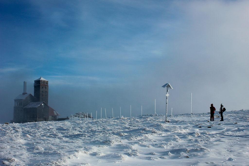 Śnieżne Kotły, stacja przekaźnikowa, widok zimą