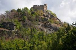 zamek Chojnik - kultowe ruiny na górze o tej samej nazwie, 627 m npm